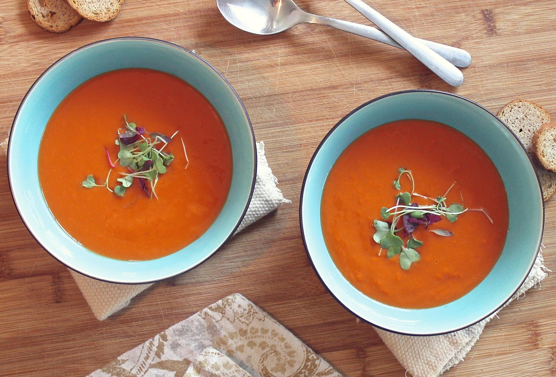 Recept voor rode tomatensoep met tofu en rode palmolie