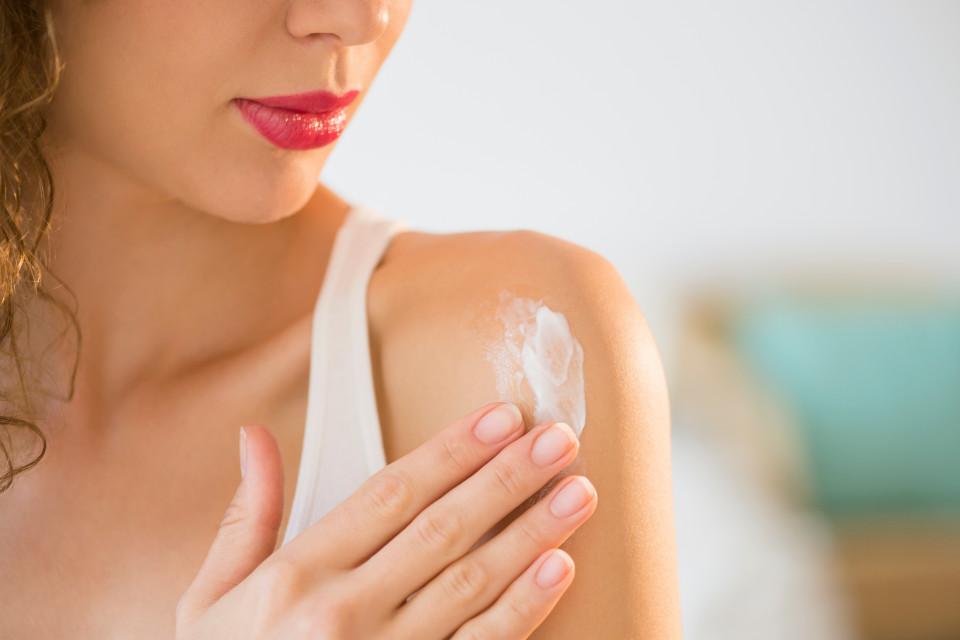 L'huile de coco extra vierge comme crème solaire saine ou soins du corps