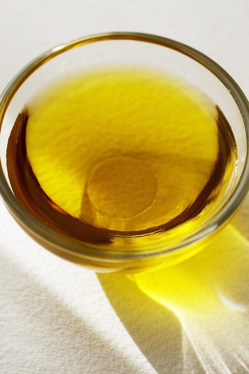 Olivenöl in einem Glasgefäß für gesundes Backen und Rösten