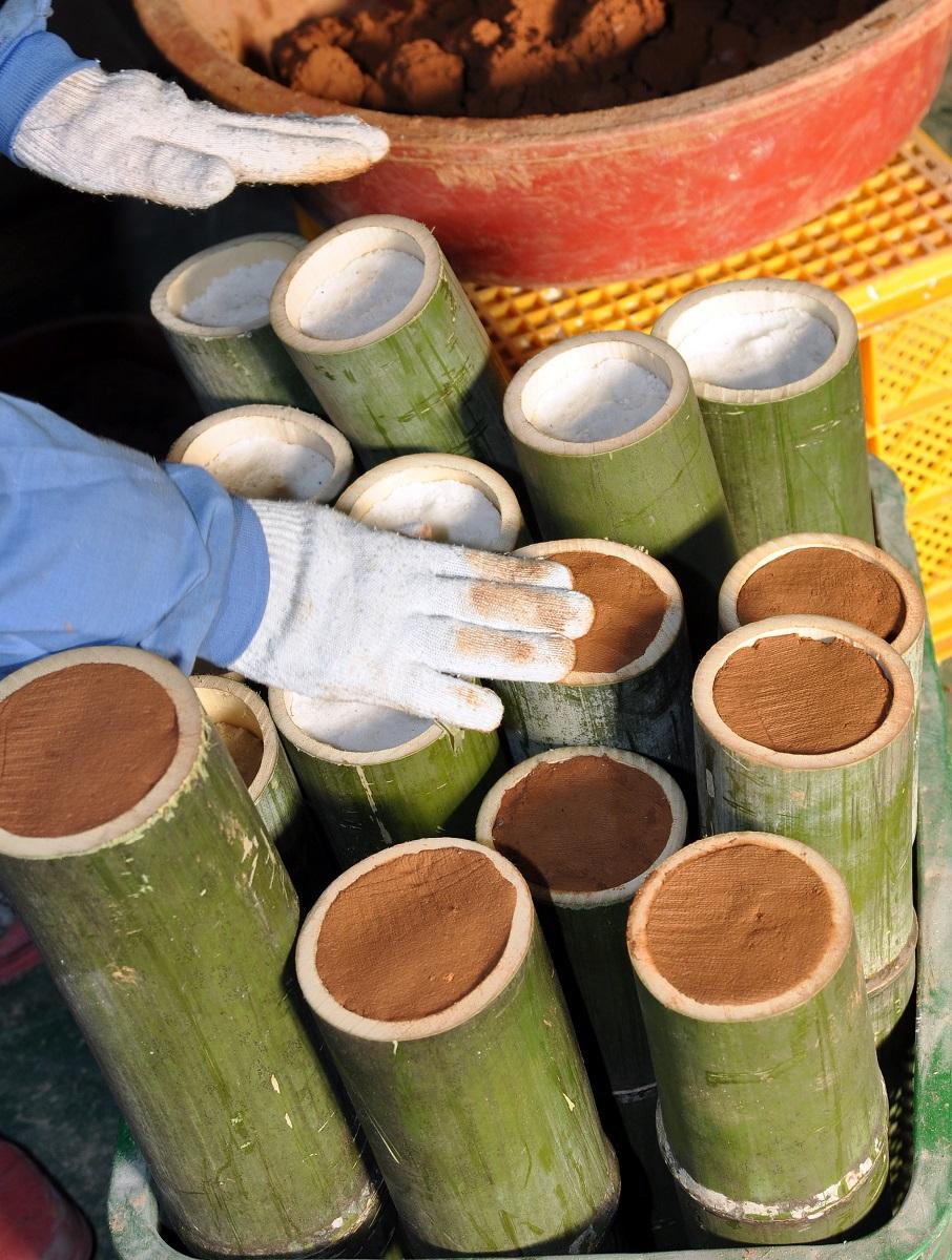 bamboe gevuld met zeezout wordt afdedicht met rode klei