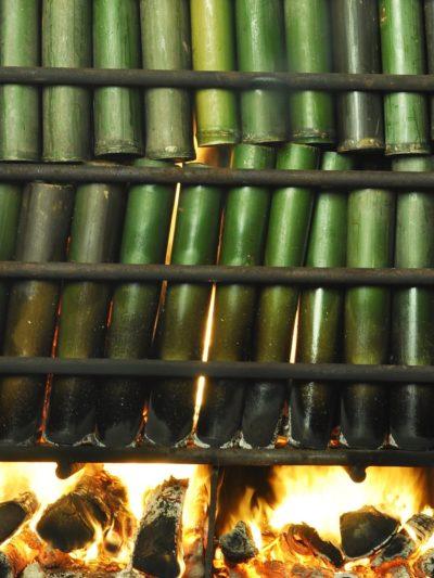 Bamboe gevuld met zout wordt voor de eerste maal verbrand in het proces om bamboe zout te worden.