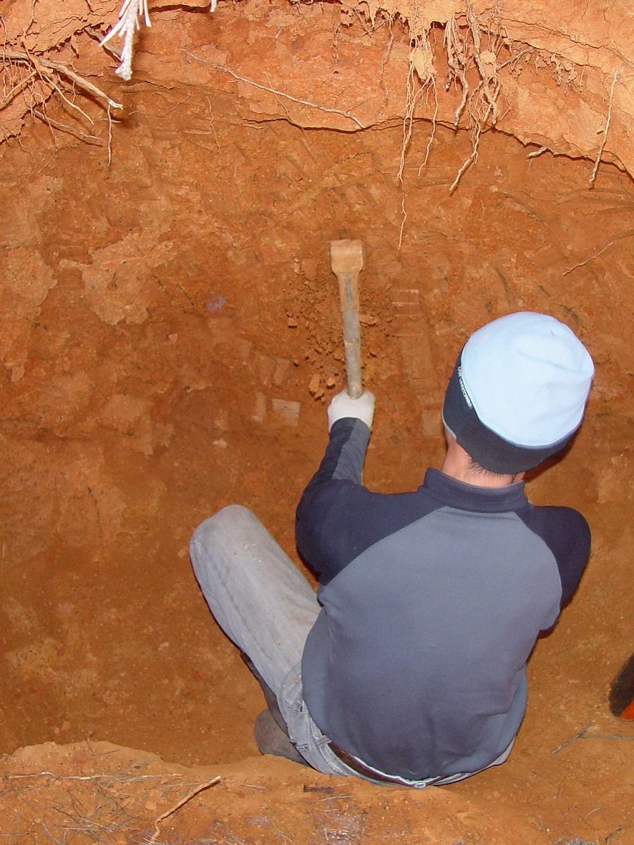 de klei die gebruikt wordt om de bamboe gevuld met zout te dichten wordt met de hand uitgegraven.