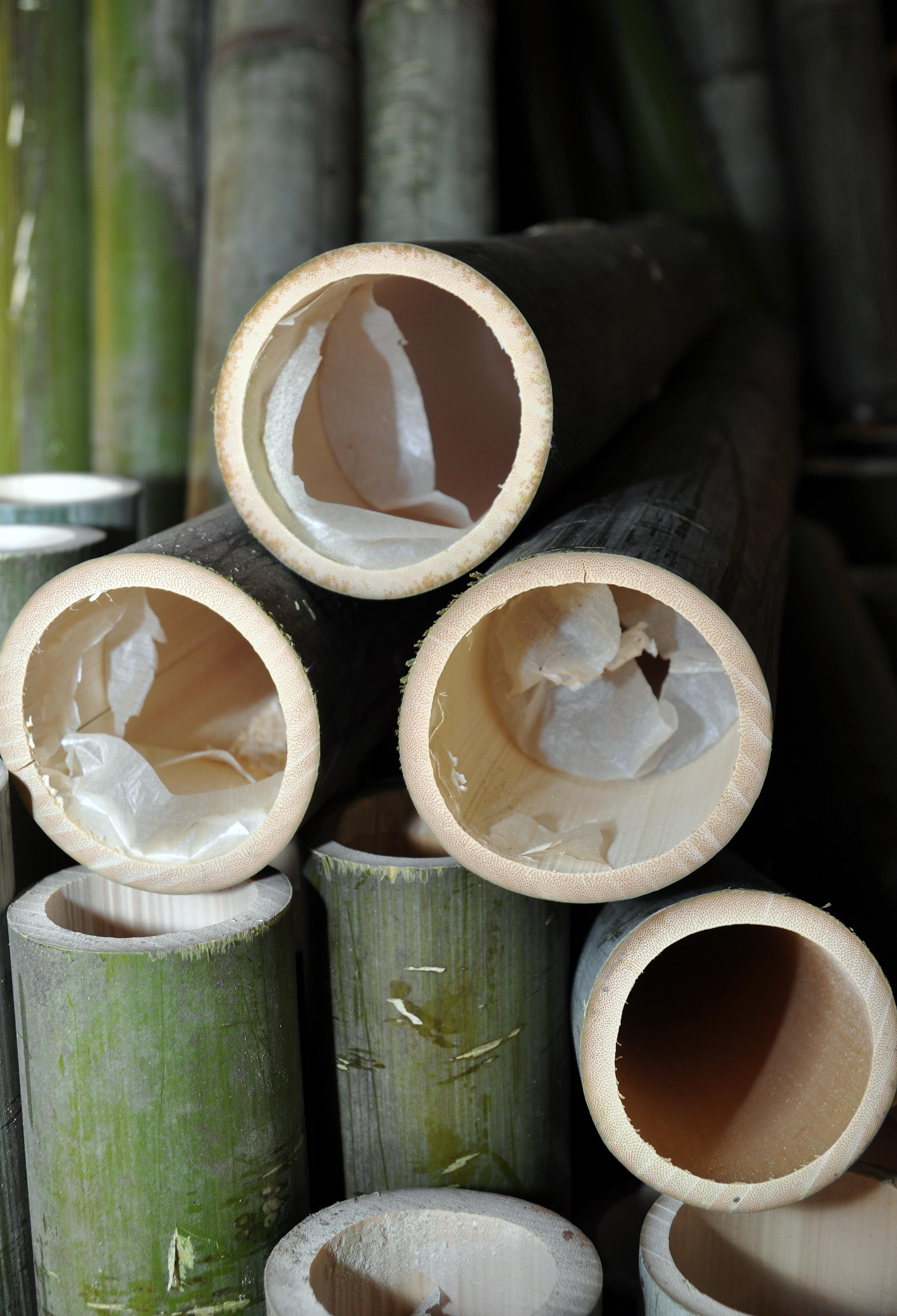 Langs de binnenkant van de bamboekokers zit van nature een vel. Dit vel is zeer rijk aan zwavel.