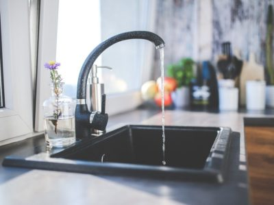 Chloor in leidingwater zal ook onze essentiële bacteriën doden.