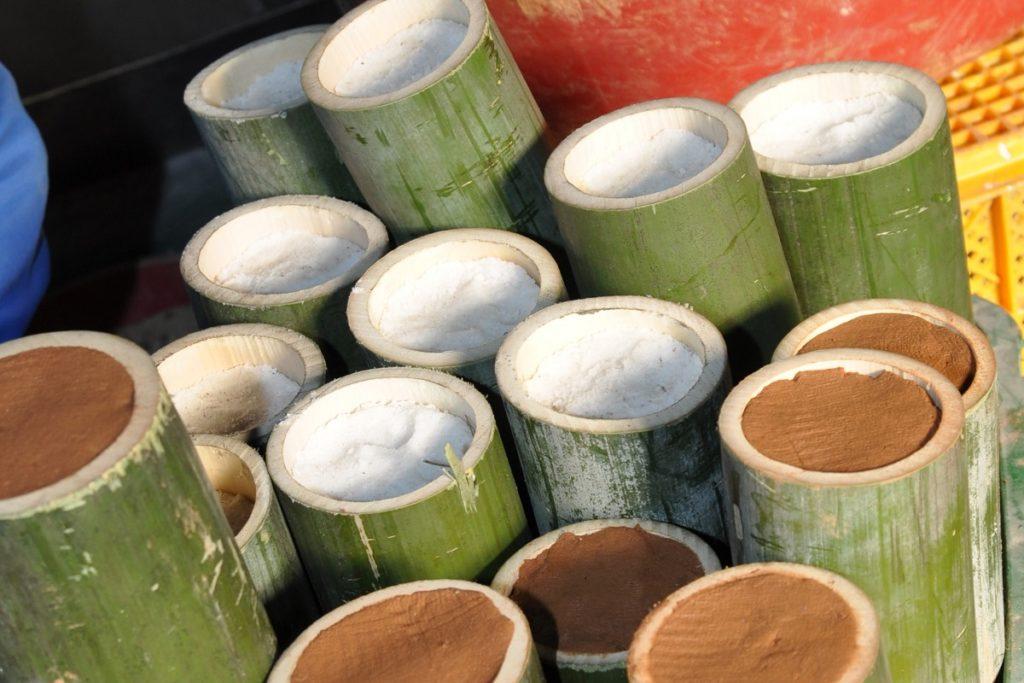 Bamboe gevuld met zeezout klaar voor de eerst branding.