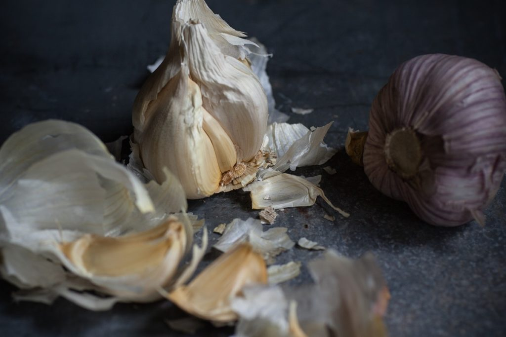 Knoblauchzehen, deren krebshemmende Wirkung durch die Verwendung von Bambussalz verstärkt wird.