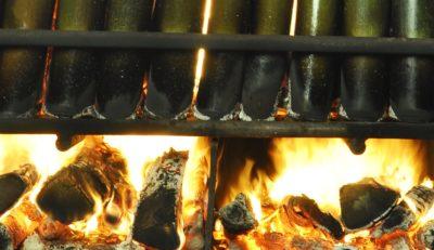 bamboe gevuld met zeezout wordt verhit. Als symbool van het element vuur.