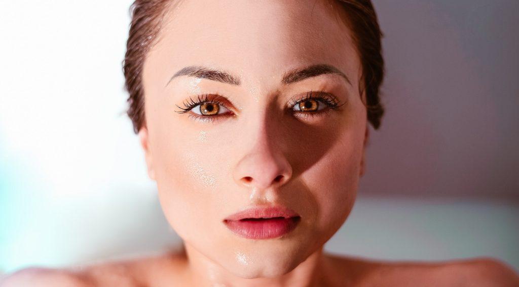 Gezicht waarvan de huid wordt beschermt door natuurlijke anti-aging