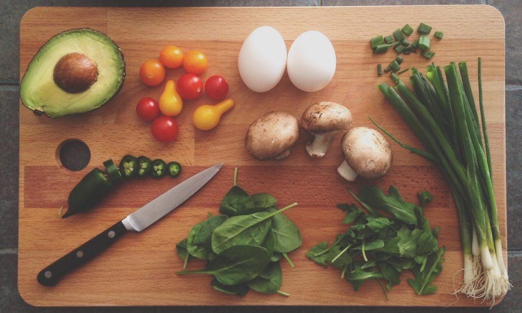 gezonde voeding op snijplank voor eeuwige jeugd