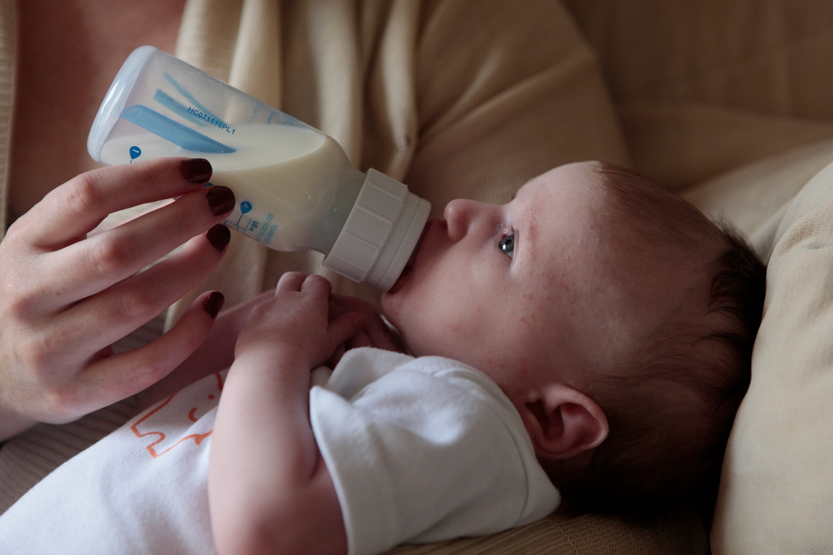 Baby die flesvoeding krijgt gemaakt met geschikt water zoals Pineo