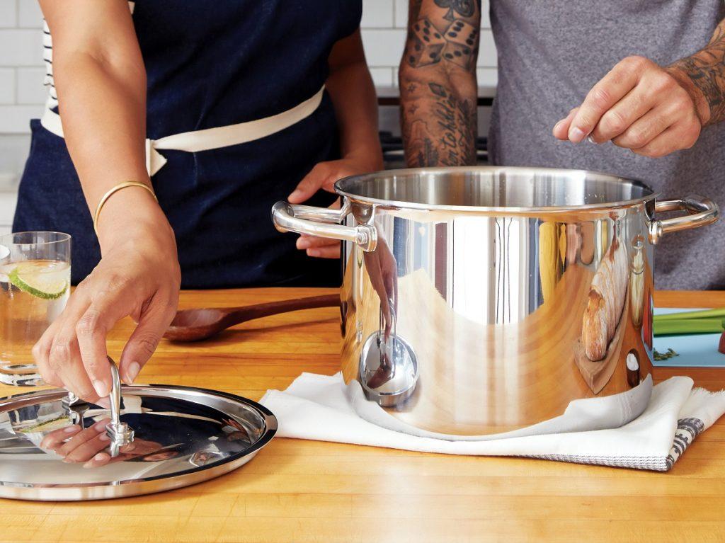 twee mensen die koken met warm water uit de kraan