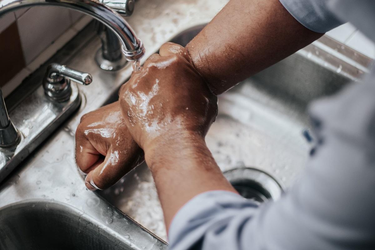 Handen wassen met water en natuurlijke zeep. Veel gezonder dan desinfecterende handgels