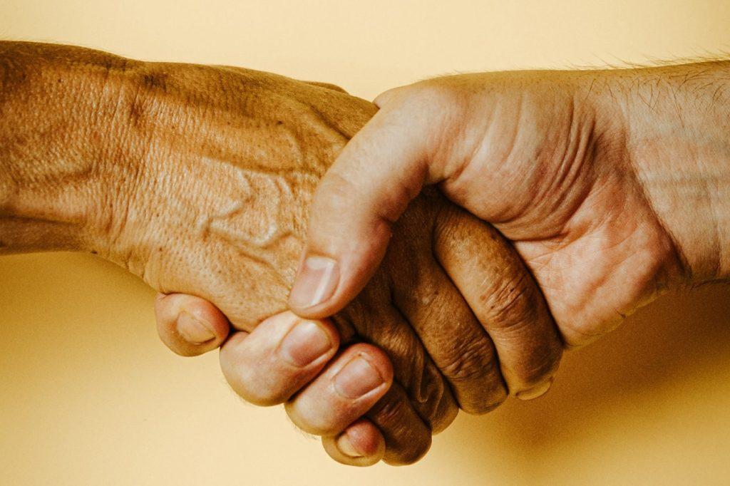 Schud elkaar de hand. Dat is goed voor de weerstand