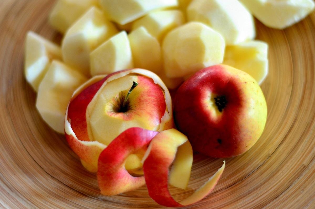 appels in stukjes voor de eerste fase van het maken van de appelazijn