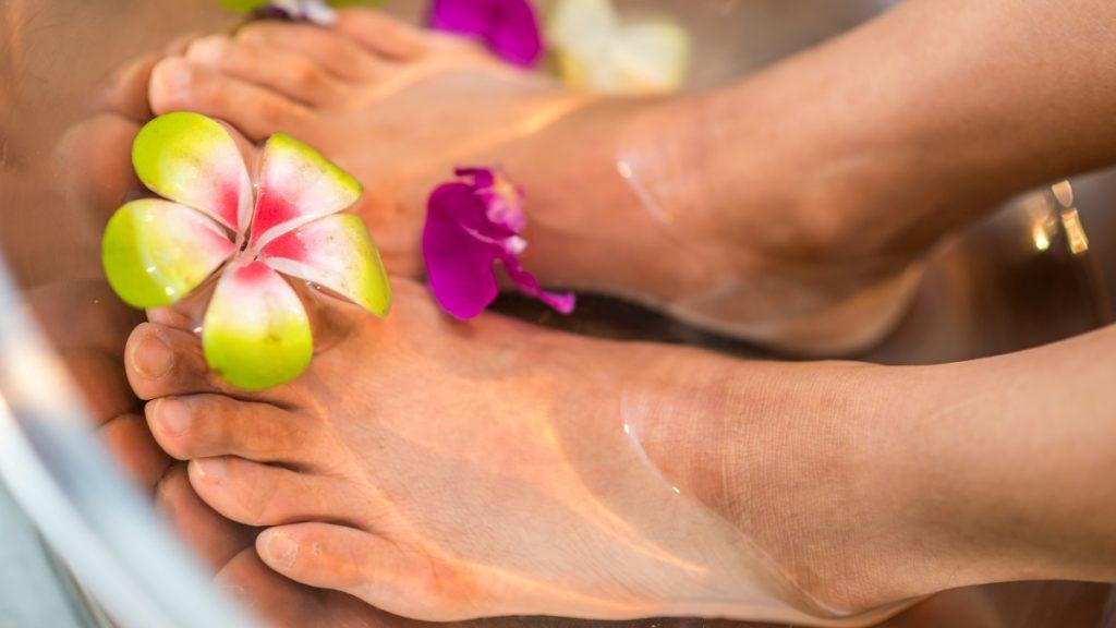 des pieds magnifiquement hydratés grâce à l'utilisation d'huile de coco