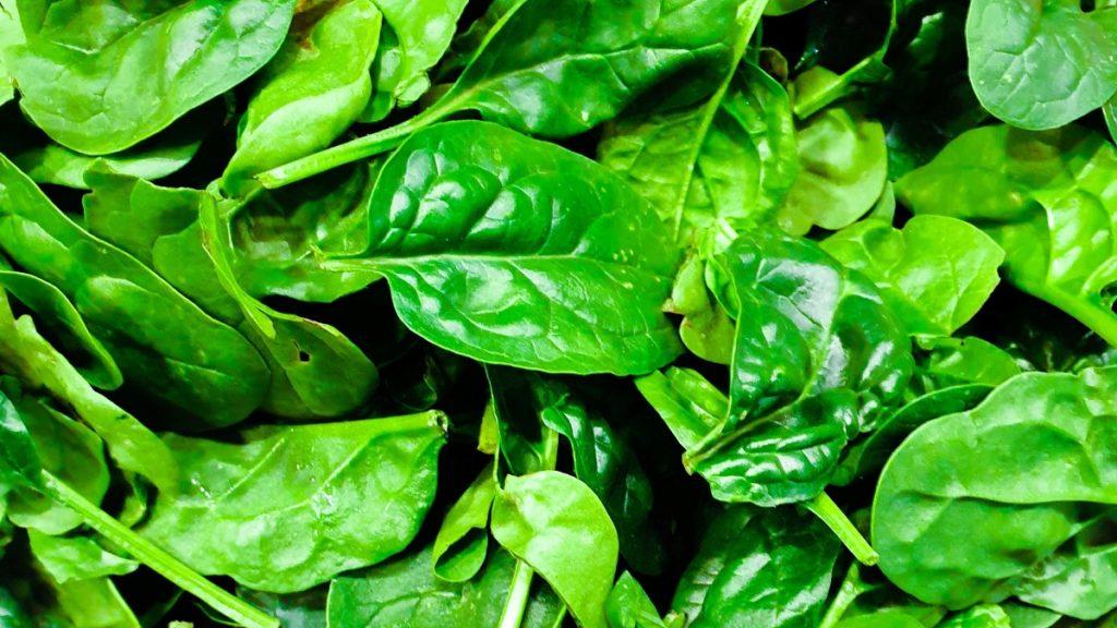 les épinards en feuilles à l'huile de coco : une combinaison idéale bonne pour la santé