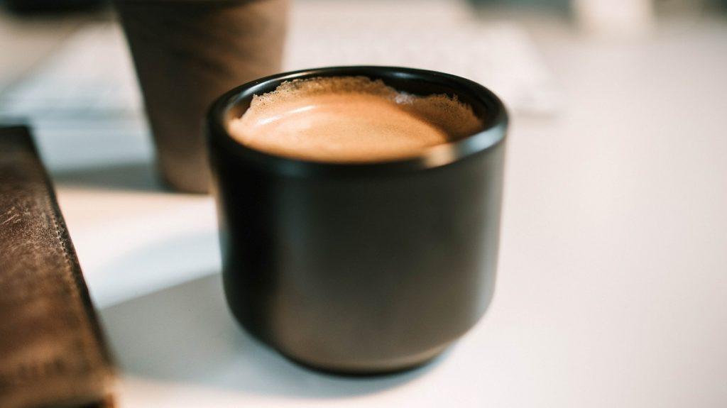 une tasse de café avec de l'huile de noix de coco pour brûler les graisses
