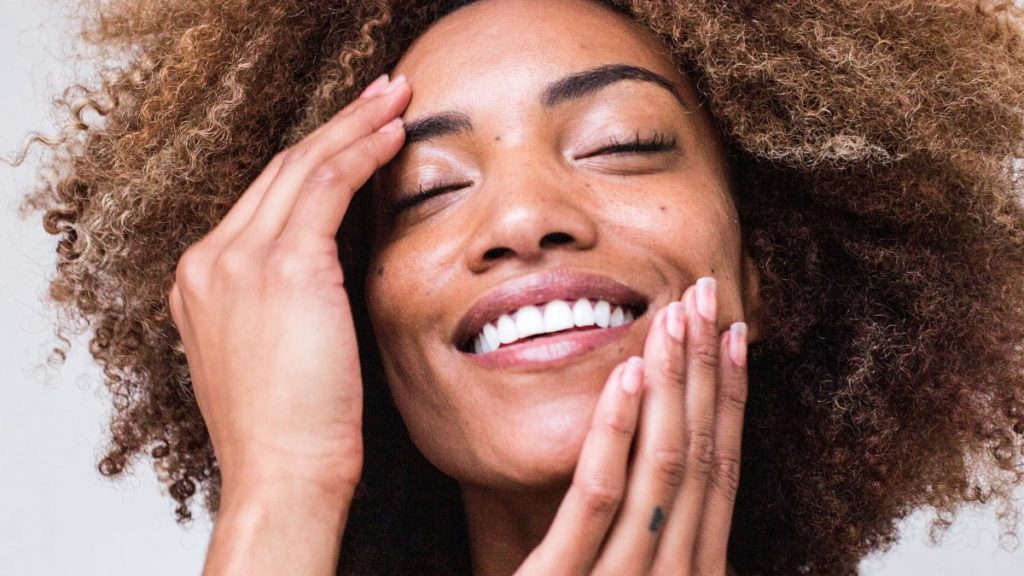 vrouw met mooie nagels en haar door verzorging met kokosolie
