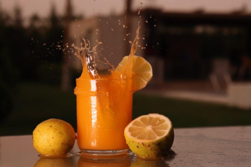 Un verre de jus d'orange frais pour une carence en vitamine C